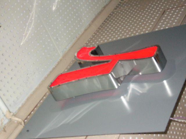 Световые буквы с боковинами из полированной нержавеющей стали с лицевой панелью из акрилового стекла, с современной подсветкой светодиодными модулями