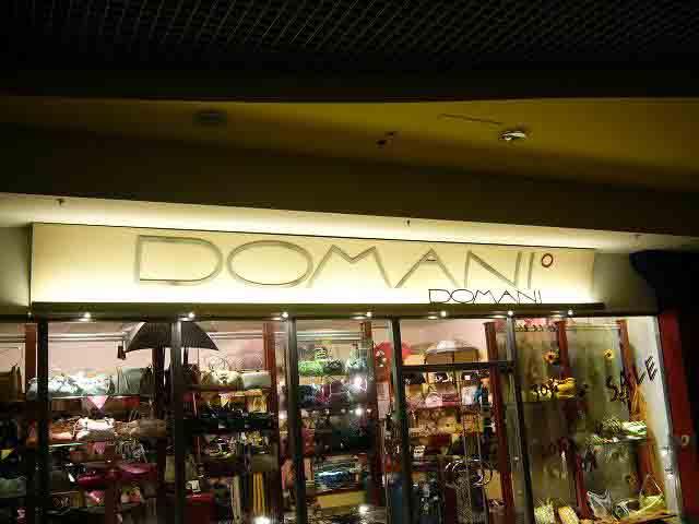 Вывеска с объемными металлическими буквами сети магазинов DOMANI
