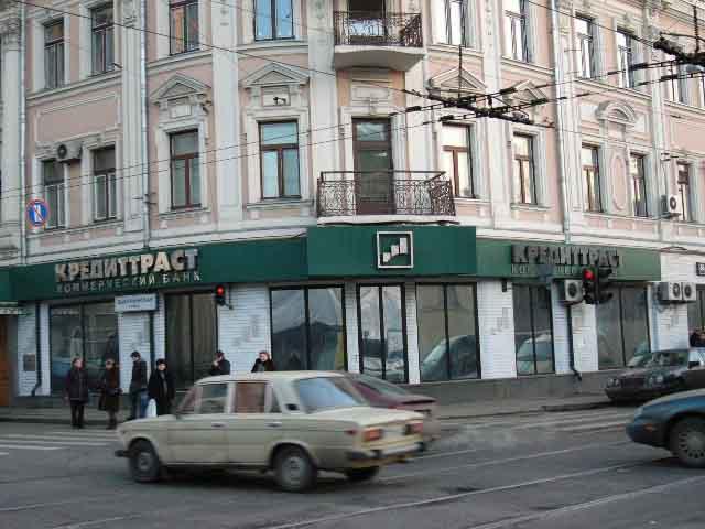 Несветовой фриз из сотового поликарбоната на металлической раме над витринами офиса банка
