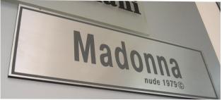 Табличка с брендом Madonna