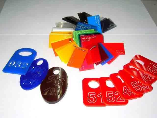 Номерки из цветного акрила