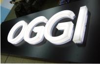 Объемные клееные буквы из белого акрила со световыми лицевыми и боковыми поверхностями
